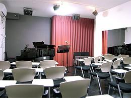音楽ホール:天井も高くシックな内装が人気です 多目的にお使いいただけます